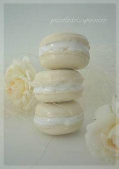 """Macarons in ceramica della linea """" piccolodolcepensiero"""" di  Riflessi D'argilla. Modellati interamente a mano. Creazioni da collezionare. Originali bomboniere , segnaposto e completamento delle nostre alzatine. Handmade in Italy."""
