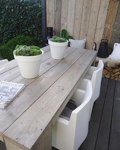 mooie tafel met die gave stoelen