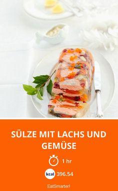 Sülze mit Lachs und Gemüse - smarter - Zeit: 1 Std.   eatsmarter.de Corned Beef, Eat Smarter, Fresh Rolls, Meat, Chicken, Ethnic Recipes, Gelee, Healthy Recipes, Salmon