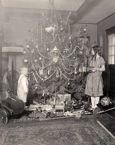 1900s Christmas Tree | Early 1900's photo of children & Christmas tree.