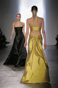 Calvin Klein Collection Fall/Winter 2005 RTW at New York Fashion Week. Fashion History, Fashion News, Fashion Models, High Fashion, Womens Fashion, Calvin Klein Collection, Classy And Fabulous, Facon, Fashion Pictures