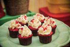 Festa tema Picnic para irmãos | Macetes de Mãe Mini Cupcakes, Party Themes, Desserts, Parties, Food, Picnic, Sweets, 1 Year, Little Girls