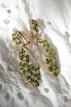 """S peridotovými náušnicami Orion si môžete byť, milé dámy, isté, že vám životné cesty budú osvetľovať rovnako ako ich hviezdna menovkyňa a pocit skutočnej """"star"""" zažijete pri nosení pravej krásy neustále. Peridot je jedným z mála drahých kameňov zelenej farby, ktorý nebýva podrobený žiadnym úpravám, na rozdiel napríklad od smaragdu alebo zeleného turmalínu. Farba peridotu osadeného do šperku je teda vždy rovnaká ako farba, ktorú mal pri nájdení v prírode. Brooch, Earrings, Jewelry, Ear Rings, Stud Earrings, Jewlery, Jewerly, Brooches, Ear Piercings"""
