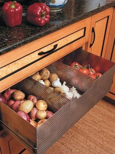 Ventilated drawer to store non-refrigerated foods (tomatoes, potatoes, garlic, onions) new kitchen interior design home design Kitchen Pantry, New Kitchen, Kitchen Decor, Kitchen Ideas, Pantry Ideas, Hidden Kitchen, Awesome Kitchen, Kitchen Hacks, Wall Pantry