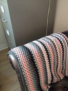 Hæklet granny stripe tæppe