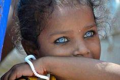 Les yeux bleus d'une petite fille de Varanasi, en Inde.
