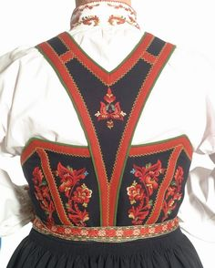 Folk Costume and 'Rosemaling' Embroidery of West Telemark, Norway Folk Fashion, Ethnic Fashion, Fashion Art, Norwegian Clothing, Folk Clothing, Folk Embroidery, Embroidery Patterns, Easy Costumes, Folk Costume