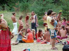 The Rainbow Family is the largest non-organization of non-members making homes out of forests across the nation and world to pray for peace and love. Happy Hippie, Hippie Love, 1970s Hippie, Body Painting Pictures, Woodstock Photos, Hippie Couple, Rainbow Gathering, Rainbow Family, Ariana Grande Drawings