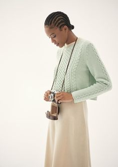 The classic cable pattern features in this pure cashmere sweater in a sophisticated mix. The popular boxy fit also proves the amount of style potential. This short and boxy cut knit sweater with its narrow rolled hems fits perfectly into the current wardrobe of sophisticated women of fashion. Rolled Hem, Pullover, Shades Of Green, Cashmere Sweaters, Sustainable Fashion, Style Guides, High Neck Dress, Classic, Pattern