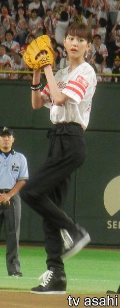 女優の桐谷美玲(27)が31日、東京ドームで行われたプロ野球、ソフトバンク対日本ハム戦の始球式を務めた。桐谷はソフトバンク「Y!mobile」のCMに出演中。背中に「MIREI」の文字が入ったユニフォームに黒のロングパンツ姿でマウンドに登場すると、見事ノーバウンドでボールを投げ込んだ。 投球後は、ソ…