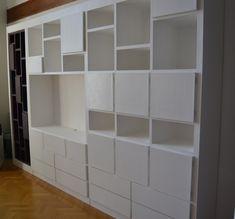 Nombreux tiroirs, portes et niches de rangements