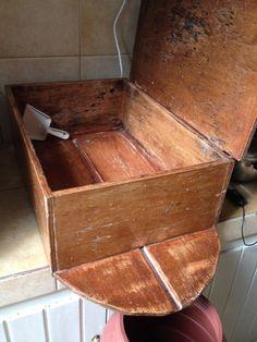 Baúl ó cofre de madera donde se dejan escurrir los moldes de queso en Grecia