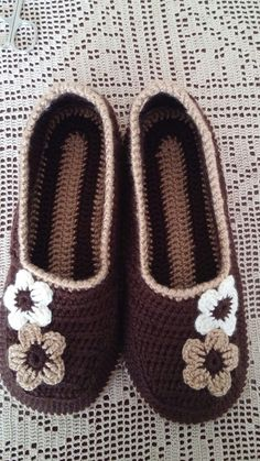 The Easiest Way To Knit Slippers Crochet Slipper Pattern, Crochet Beanie Pattern, Crochet Square Patterns, Crochet Mittens, Knitted Slippers, Filet Crochet, Crochet Men, Crochet Baby Shoes, Crochet Clothes