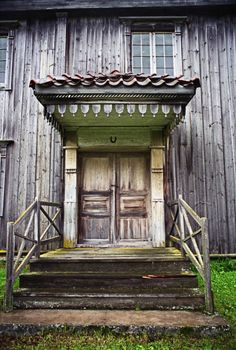 Entrance of an old Swedish farmhouse. Beautiful Buildings, Beautiful Homes, Swedish Farmhouse, Scandinavian Folk Art, Farms Living, Old Doors, Old Farm, Architecture Details, Old Houses
