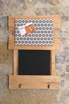 Vintage-Schlüssel-Memo-Board... ...aus dem Deckel einer alten Weinkiste.  Im oberen Teil mit einer Stoff-bezogenen kleinen Pinnwand, im unteren Teil mit einer kleinen Tafel für allerlei Erinnerungen. Am unteren Brett befinden sich noch zwei Haken zum Aufhängen von Schlüsseln, Ketten etc.