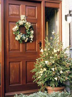 Confira 23 ideias para decorar a fachada e a porta de sua casa para o Natal.