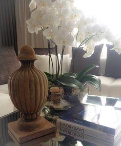 Detalle accesorios decorativos sobre mesa de centro.