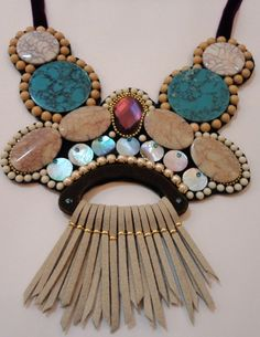 maxi colar colorido com franjas