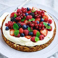 Summer gluten free almond cake with berries. Gluten Free Almond Cake, Almond Cakes, Gluten Free Baking, Fruit Recipes, Cake Recipes, Dessert Recipes, Desserts, Food Cakes, Pavlova