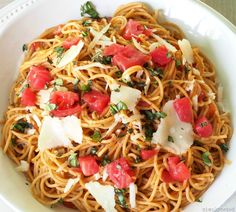Spaghetti Pomodoro - its name means spaghetti tomato and it is delicious in its simplicity. Spaghetti, tomatoes, garlic, olive oil, basil and parmesan. Spaghetti Pomodoro Recipe, Pasta Al Pomodoro, Pizza And More, Healthy Recepies, Catering Food, Italian Pasta, Pasta Dishes, Parmesan, Italian Recipes