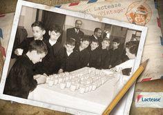 Com'era quando a scuola davano il #latte? Ecco i #bambini di una #scuola di Schio fare la fila in attesa del proprio turno! #LacteaseVintage