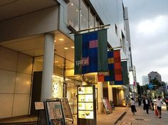 「スパイラル」は、1985年に青山通り沿いにオープン。建築家の槇文彦によって設計された、ギャラリー/ショップ/ホール/ライブハウス/レストラン・カフェほかを備えた複合施設です。
