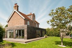 Old house with modern extension Building Extension, Roof Extension, Extension Ideas, Suffolk Cottage, Single Storey Extension, Cottage Extension, House Cladding, Brick And Wood, Old Cottage