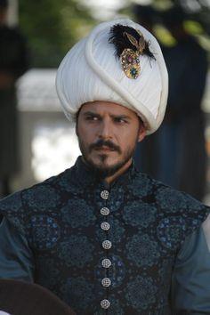 "Actor Mehmet Günsür as Şehzade Mustafa in the novela ""Suleiman: El Gran Sultan) MundoFox"