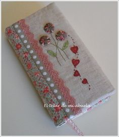 Forrar agenda con motivos personalizados en #puntodecruz Notebook Covers, Journal Covers, Fabric Book Covers, Diary Covers, Diy Wallet, Japanese Quilts, Stitch Book, Fabric Journals, Needle Book