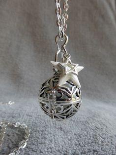 COMMANDE pour yaelle-s : Bola de grossesse avec motif d étoiles, avec une bille blanche et une etoile : Maman par bola-de-grossesse