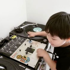 #practiceyocuts #4yearsold #turntable #technics #sl1200 #vestax #vestaxpmc07pro #vinyl #savethevinyl #turntablism #turntablist #saturday by rehabili http://ift.tt/1HNGVsC