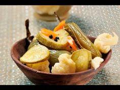Chiles con verduras en escabeche. Los @chiles en vinagre se consiguen enlatados en México y otras partes del mundo. Esta @receta es para hacerlos en casa de forma natural. Se pueden utilizar chiles serranos o jalapeños, enteros o en rajas.