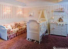 quarto de bebê com papel de parede rosa listrado