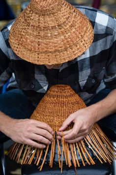 Native American basket making at Clackamette Park. Before Europeans set foot in the NW, they relied on the Willamette River & Falls for centuries as a transportation/trade hwy & food source. Photo by Christopher Communications. Native American Tools, Native American Decor, Native American Baskets, Flax Weaving, Willow Weaving, Weaving Art, Arte Haida, Basket Weaving Patterns, Home Decor Baskets