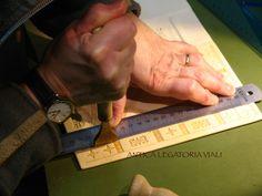 #legatoria #legatoriaviali #viterbo #rilegature #bookbinding #bookbinder #rilegatura #artesan #artigianato #artigiano #italie #italia #rilegare #libri #books #artigianatoartistico #rilegatore #igersitalia #igersviterbo #tuscia #montaigne #saggi #libro #incisione #punzoni #fattoamano #handmade