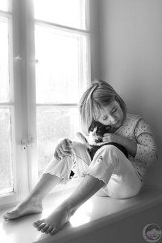 Kinderfotografie, Mädchen, Schwarzweiss, Katze, Zuhause,