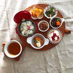 Mar.16 today's breakfast + 今日は大好きな #豆ごはん で #和んプレート ・鱈のフライ 明太マヨソース ・イカと菜の花のバター醤油ソテー ・卵焼き ・ひじき煮 ・蓮根のきんぴら ・ヨーグルト+玄米フレーク+いちごジャム🍓 + グリーンピースたっぷりの豆ごはん 子供達も「豆ごはん好きー!」と言うように なったので今年は出始めの頃から何回も炊きました たくさん炊いて冷凍ストックも あと、ひじき煮には枝豆たっぷり入れます いつもは大豆も入れるけど戻して水煮するのが 面倒だったため省略 いつも旦那さんに 「ひじき煮なのか豆煮なのかわからんよ」 と言われます 好きだからいーのー。 + お天気の良い木曜日 洗濯にお掃除にパン焼き捗りそうです♡…