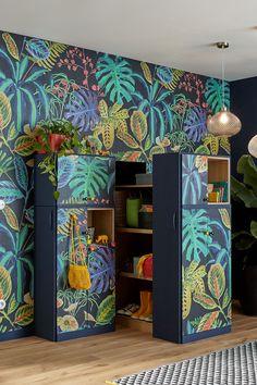 Profitez d'un espace XXL inattendu ! Optimisez l'espace sous votre escalier, en installant des rangements pour y entreposer et organiser vos affaires. Et cerise sur le gâteau, donnez-lui un vrai style jungle avec un papier peint panoramique !