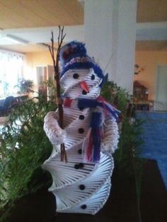 sněhulák pletený z papíru Snowman, Google, Outdoor Decor, Home Decor, Decoration Home, Room Decor, Snowmen, Interior Decorating