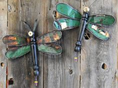 made from re-purposed materials Dragonflies made from old metal sign & discarded chair leg.Dragonflies made from old metal sign & discarded chair leg. Modern Backyard, Backyard Garden Design, Diy Garden, Garden Crafts, Shade Garden, Garden Ideas, Garden Junk, Upcycled Garden, Backyard Ideas