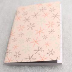 Carnet souple de noel feuilles lignées motifs étoiles de glace sur fond saumon petit format