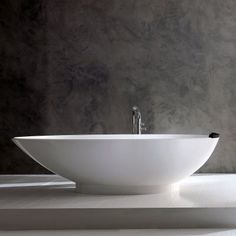 The egg-shaped Napoli bath is both elegant and comfortable. Victoria + Albert create beautiful freestanding baths in QUARRYCAST, a unique material. Freestanding Taps, Victoria And Albert Baths, Bath Rack, Wall Mounted Taps, Roll Top Bath, Standing Bath, Seamless Transition, Modern Tropical, Glass Holders