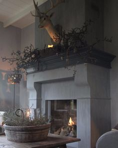 Awesome 56 Admiring Christmas Living Room Design Ideas With Mantel Display Country Farmhouse Decor, Vintage Country, French Country Decorating, Country Living, Fireplace Design, Fireplace Mantels, Fireplaces, Fireplace Kitchen, Christmas Living Rooms