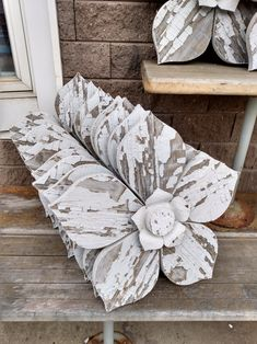Repurposed Wood Projects, Recycled Wood, Diy Wood Projects, Barn Wood Crafts, Pallet Crafts, Antique Booth Displays, Wood Flowers, Art Flowers, Hanging Flower Wall