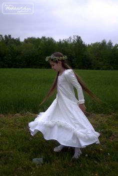 Ein besonderer Tag – ein besonderes Kleid zu einem wichtigen Anlass. Das Kleid für die Erstkommunion ist wahrscheinlich mit das Wichtigste für die Mädchen! Umso schöner, wenn es ein selbstgenähtes ist! Aus wunderschön besticktem Batist wurde hier ein toller Mädchentraum nach dem Farbenmix-Schnittmuster Willemientje vernäht. Ein Traum in Weiß! Victorian, Inspiration, Dresses, Fashion, Communion Dresses, Amazing, Kids, Nice Asses, Biblical Inspiration