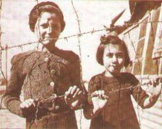 """Niñas en el campo de concentración de Argeles sur Mer, febrero 1939...""""Jugabas entre muerte ..Creías que los muertos eran objetos rotos que alguien había tirado en las aceras... Eras la vida pura que lo ignora todo""""... Foto: Ángel González"""