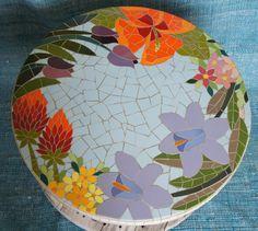 Mesa floral em mosaico com azulejos.