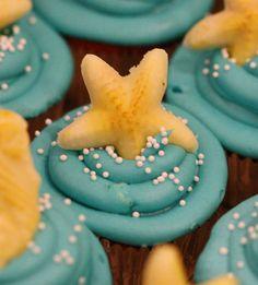 ocean themed cupcakes -- too cute Beach Theme Cupcakes, Themed Cupcakes, Cute Cupcakes, Ocean Cupcakes, Star Cupcakes, No Bake Treats, Yummy Treats, Sweet Treats, Cupcake Day