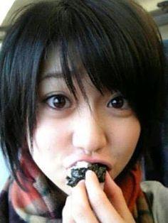 Old-school Yuko eating onigiri #AKB48