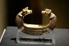 Gold Bracelet with Transylvania, the bull's head. The Bronze Age. The Hungarian National Museum, Budapest. Renaissance Jewelry, Medieval Jewelry, Ancient Jewelry, Antique Jewelry, Call Art, Ancient Artifacts, Bronze Age, Ancient Romans, Ancient Civilizations